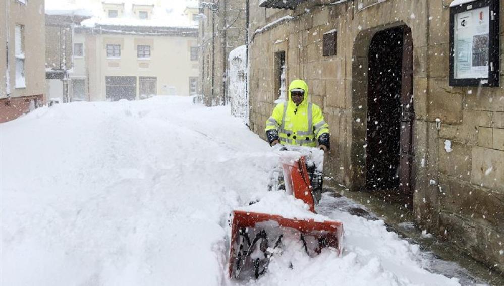 Un operario municipal limpia la nieve acumulada en las calles