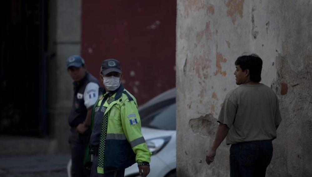 Un policía se tapa la boca ante el incremento de ceniza