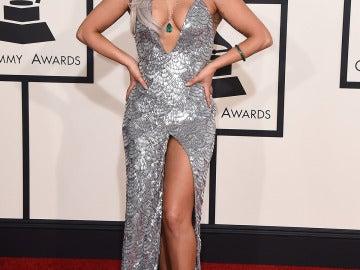 Lady Gaga enseñó escote con este vestido de escamas plata
