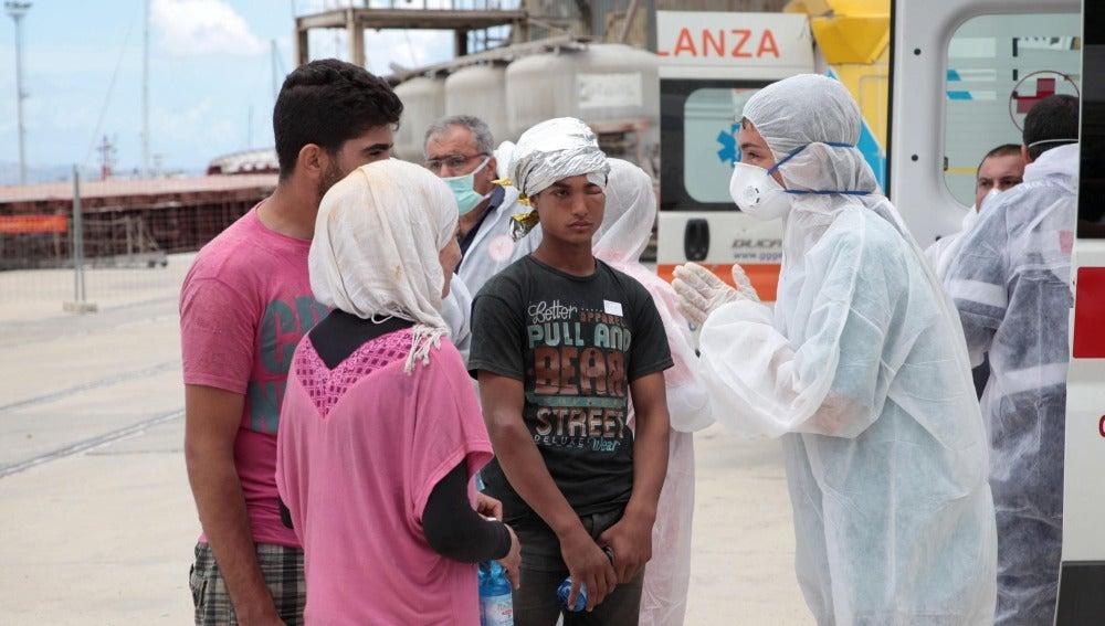 Inmigrantes tras ser rescatados en el canal de Sicilia