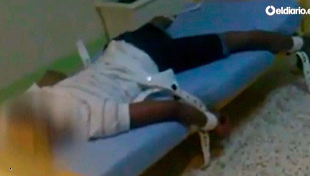Un menor atado a su cama en un centro de menores en Almería