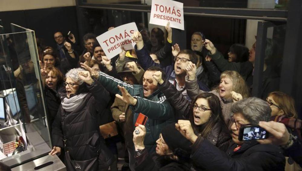 Protesta en Ferraz en favor de Tomás Gómez