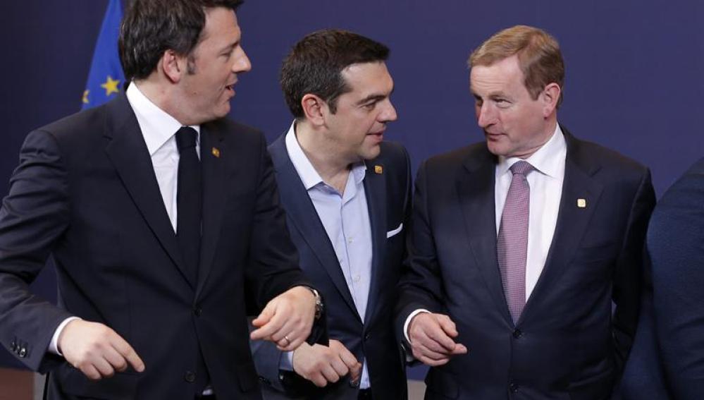 Alexis Tsipras charla con sus homólogos de Italia, Matteo Renzi, e Irlanda, Enda Kenny