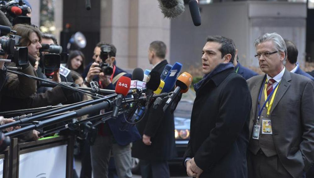 El primer ministro griego, Alexis Tsipras, atiende a la prensa
