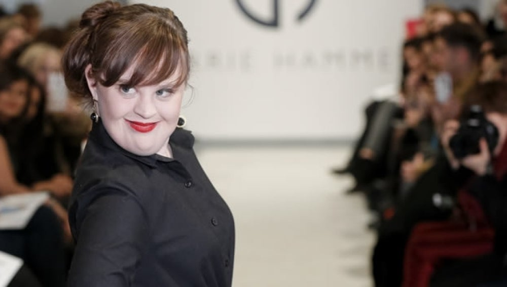 La modelo Jamie Brewer desfilando en la pasarela de Nueva York.