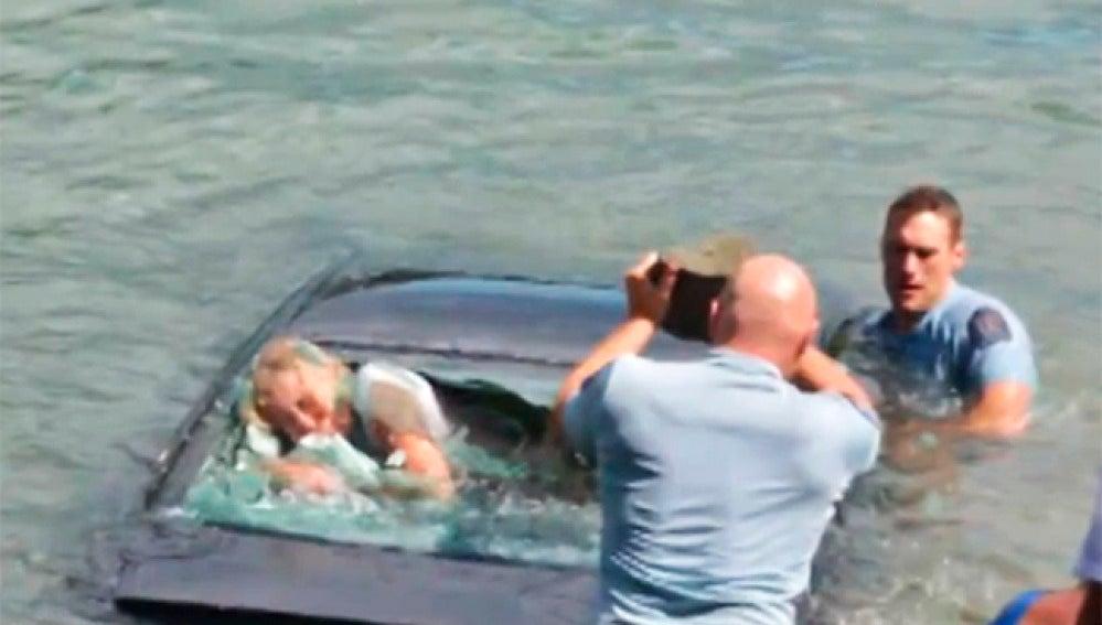 Imagen del momento del rescate en el río Waitemata.