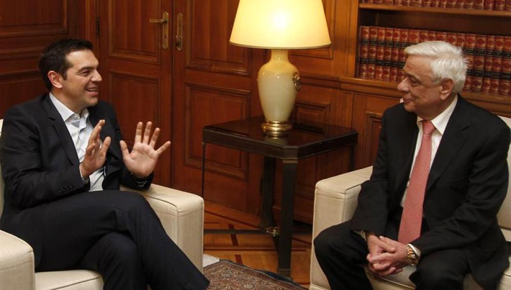 El primer ministro griego, Alexis Tsipras, conversa con el nuevo presidente de la República, Prokopis Pavlópulos