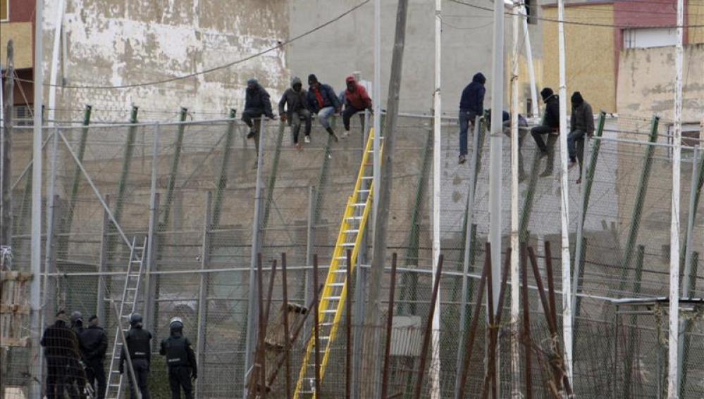 Decenas de subsaharianos entran en Melilla en un nuevo salto a la valla