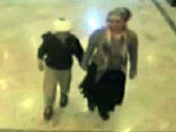 Una imagen de la mujer con su hijo paseando por el hospital de Ankara.