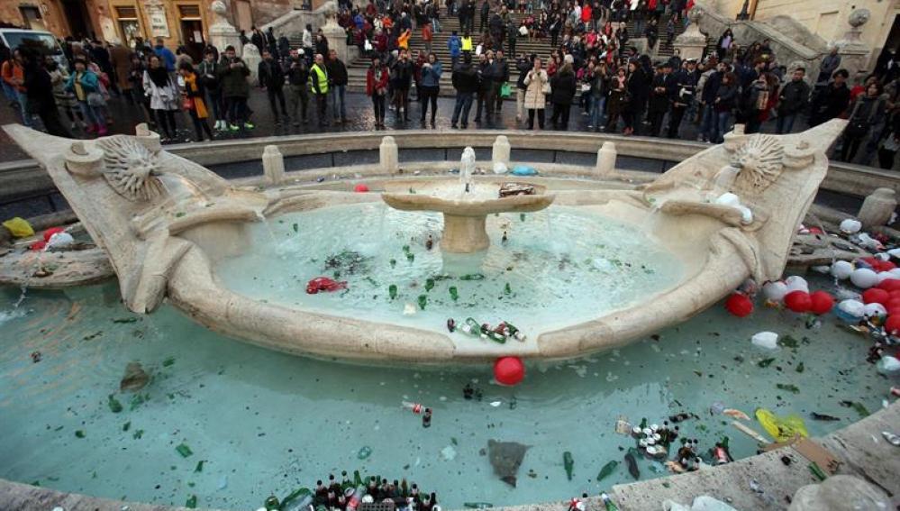 Fuente de la Barcaccia en Roma después de los daños causados por ultras del Feyenoord