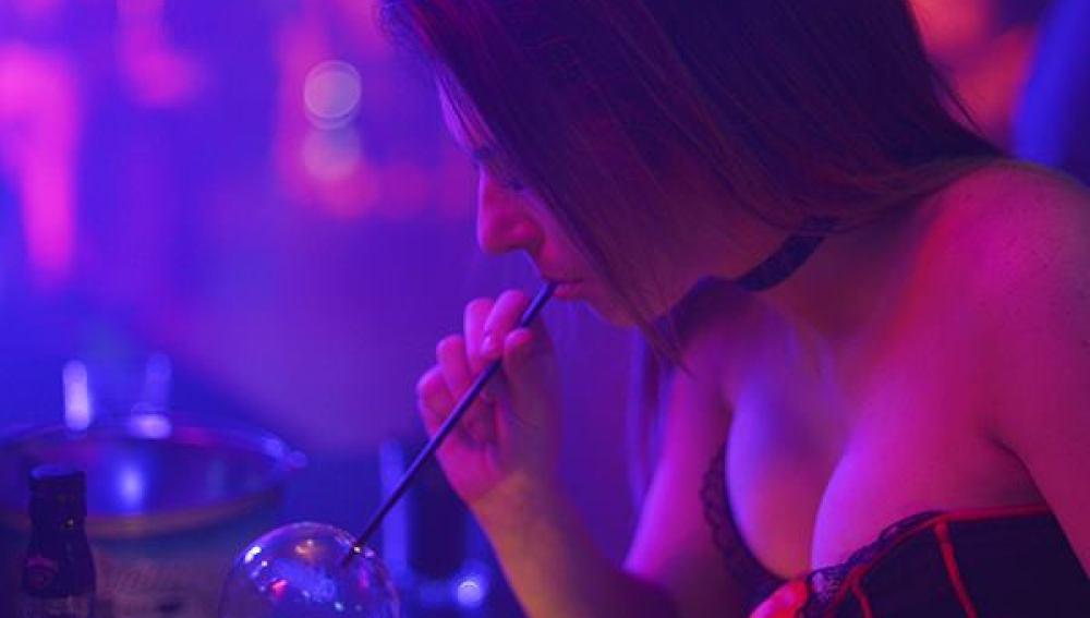 Una joven prueba el Vaportini en un bar.