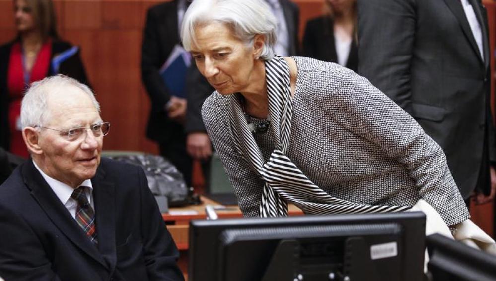 El ministro de Finanzas alemán, Wolfgang Schäuble, conversa con la directora gerente del FMI, Christine Lagarde