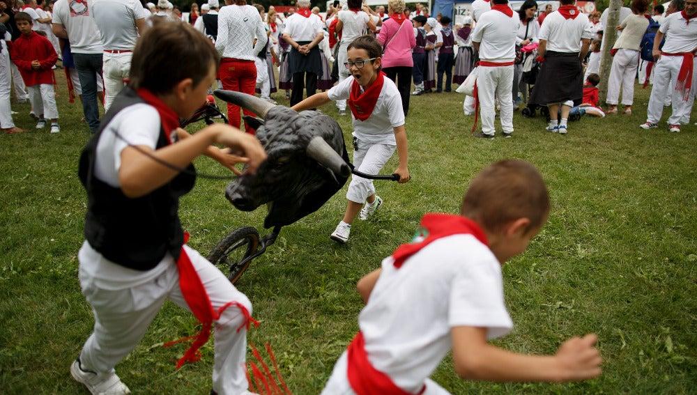 Niños jugando a encierros