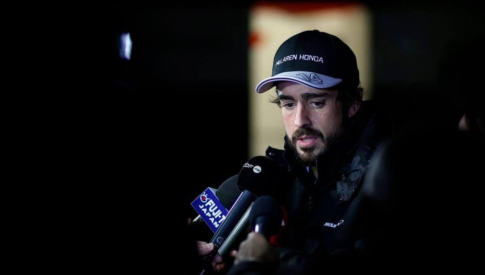 Alonso atiende a los medios en Montmeló