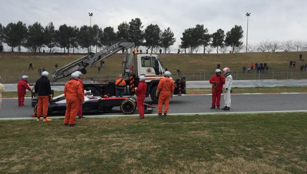 La grúa se lleva el McLaren de Button