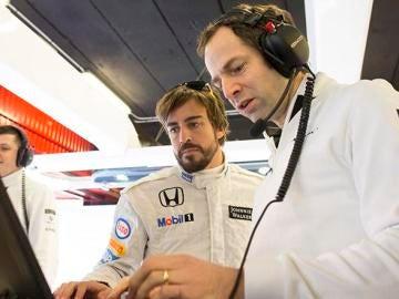 Fernando Alonso en el box de McLaren-Honda