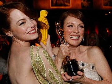 Emma Stone y Julianne Moore, cada una con su Oscar
