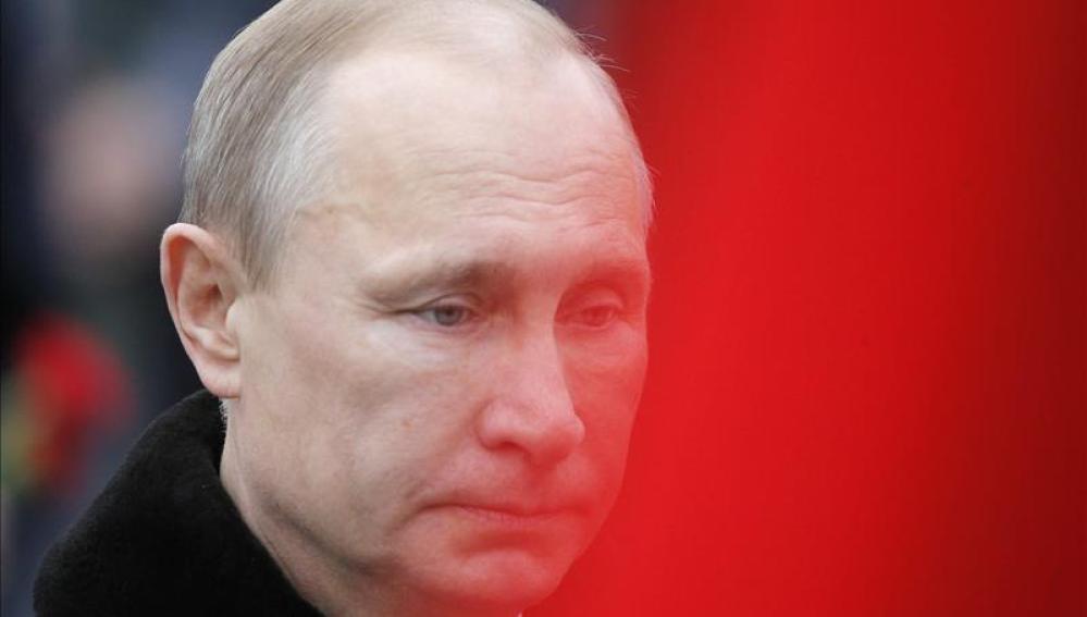 El presidente ruso Vladimir Putin en el funeral de un soldado.