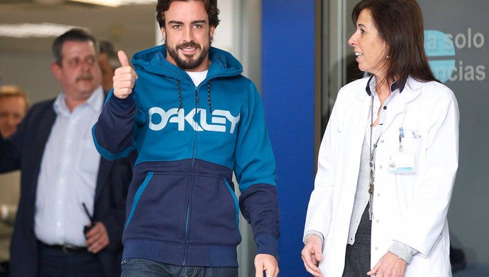 Fernando Alonso realiza un gesto a su salida del hospital