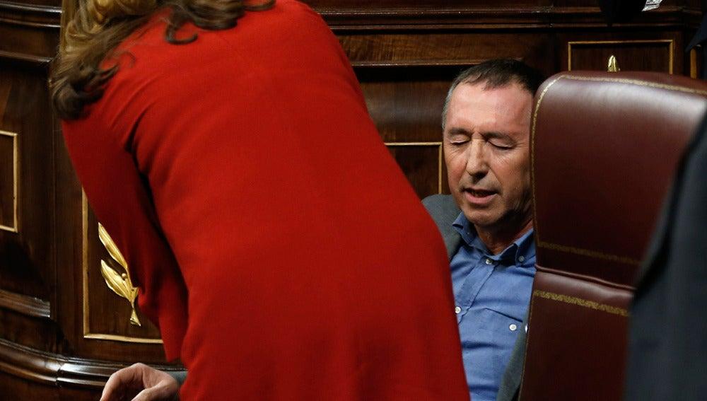 El diputado Joan Baldoví e sienta tras sufrir un mareo en el Congreso