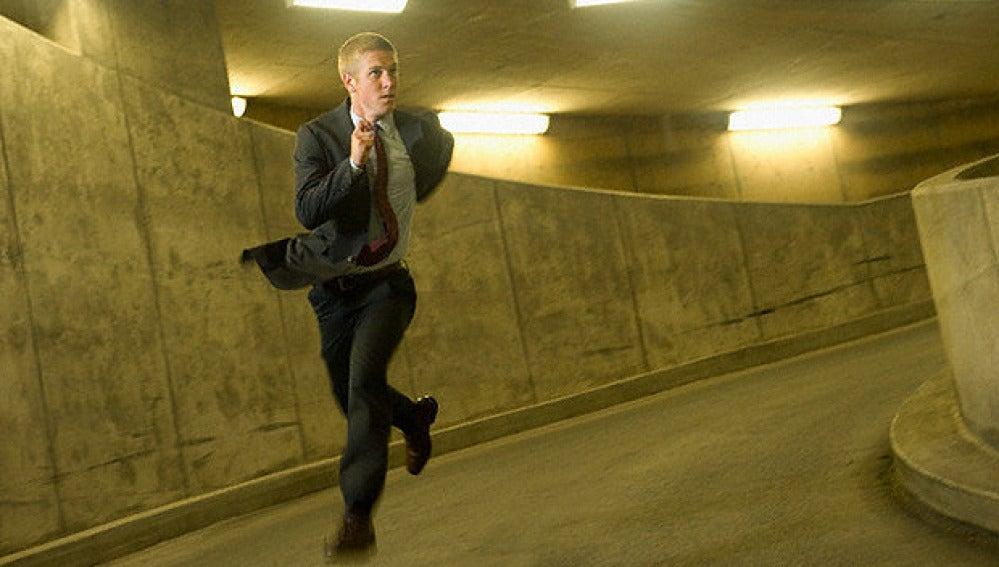 Un hombre corre en el interior de un túnel.