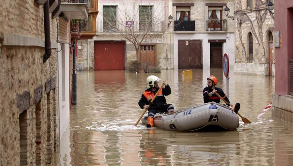 Efectivos de Protección Civil se desplazan en zodiac por Tudela (Navarra).