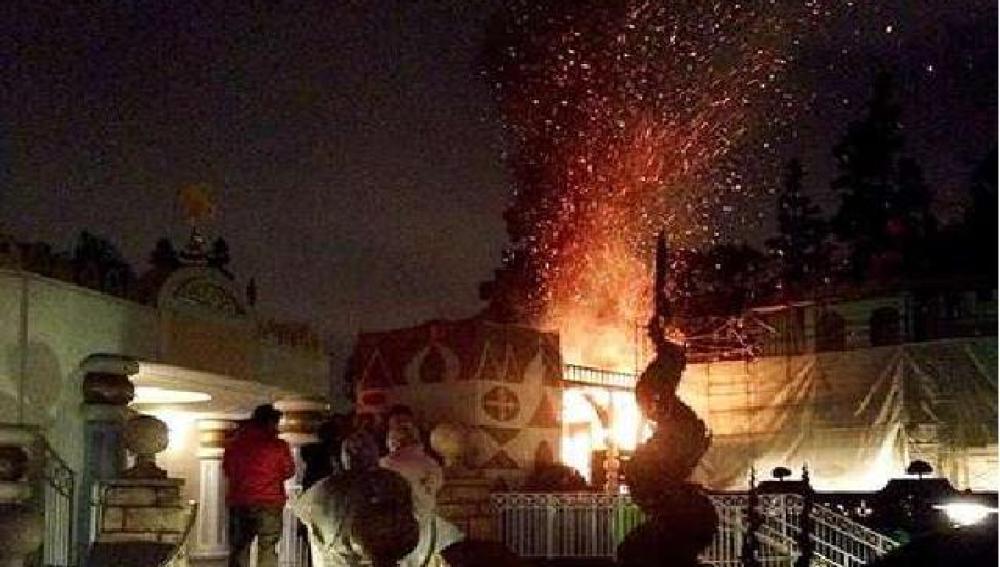 Atracción de Disneyland ardiendo