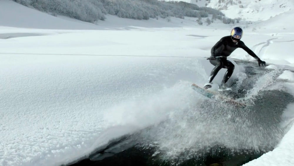 Brian Grubb se desliza sobre el agua y la nieve al mismo tiempo