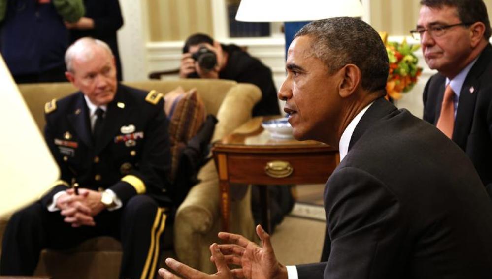 Barack Obama conversa con el secretario de Defensa