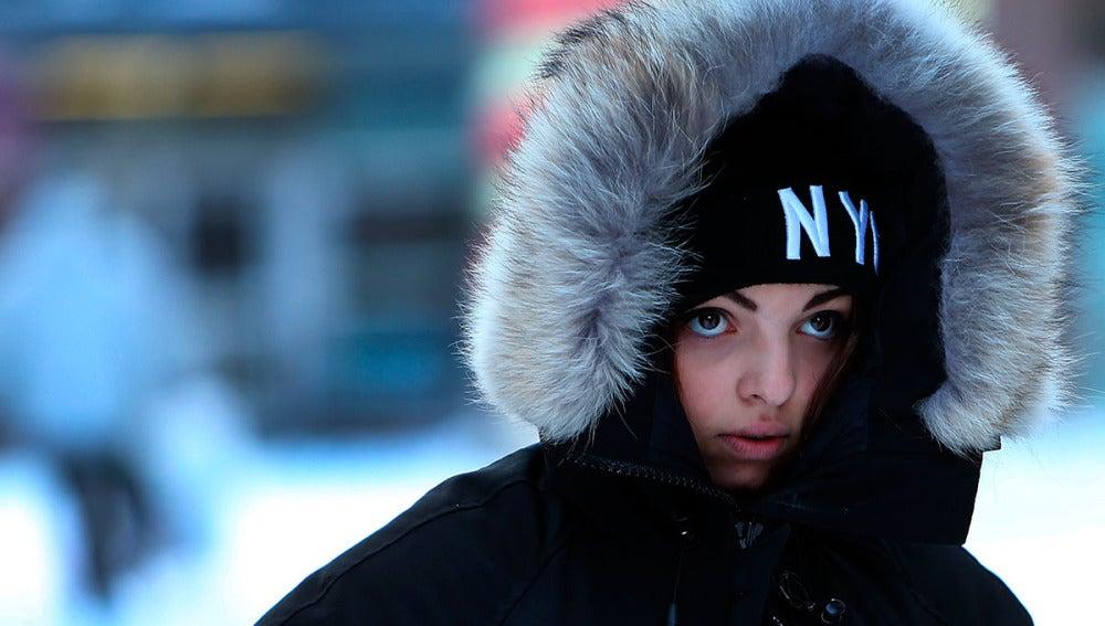 Una joven pasea por Nueva York