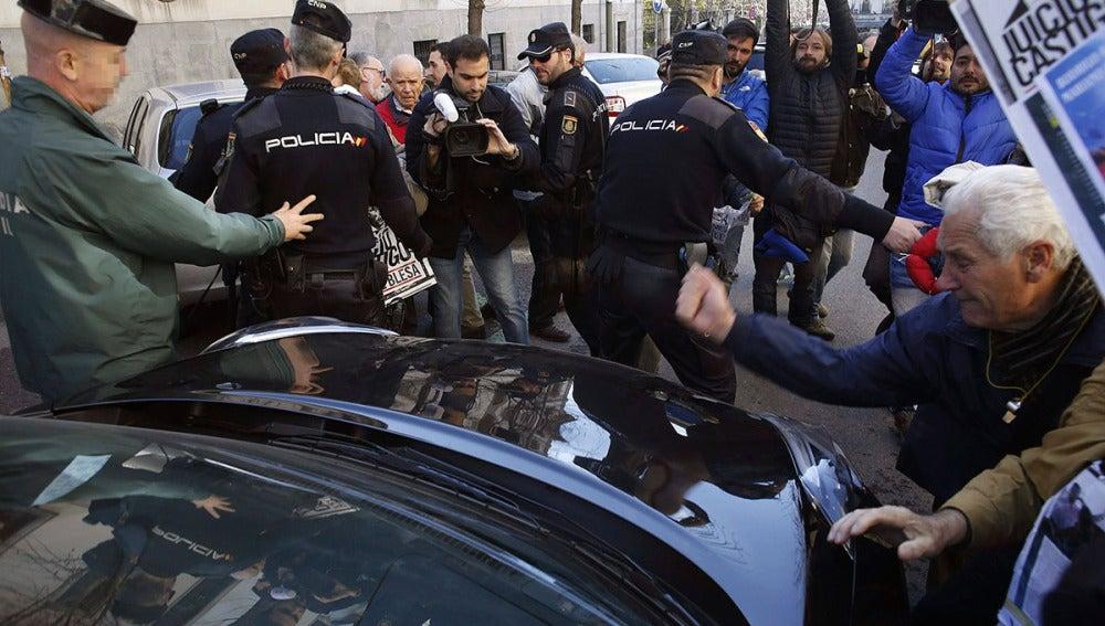 Preferentistas golpean el coche de Miguel Blesa a la salida del TSJM