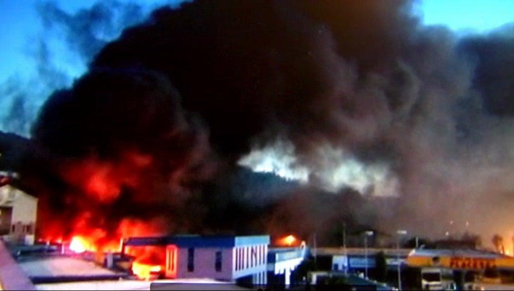 Investigan las causas del incendio en una gasolinera que obligó a desalojar a unas 60 personas en Pontevedra