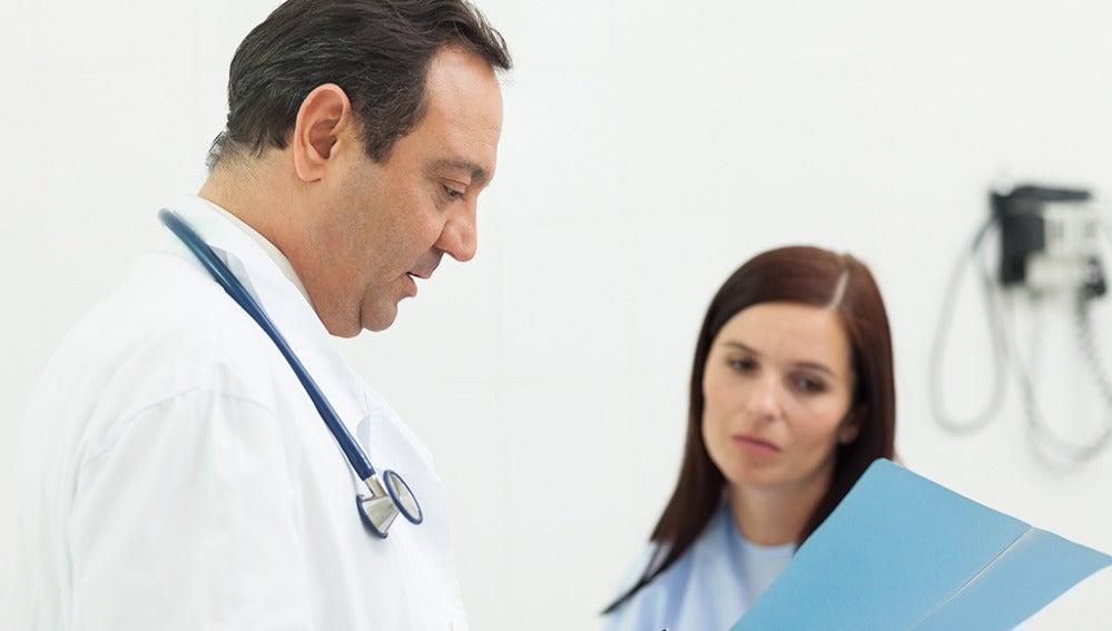 Un doctor con su paciente