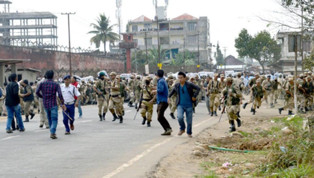 Fuerzas de seguridad disuelven a la masa que linchó al supuesto violador