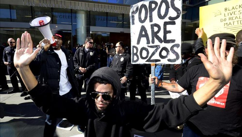 Manifestación por la muerte de un joven negro a manos de la policía