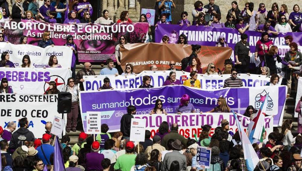 Españoles salen a la calle para reivindicar la posición de la mujer