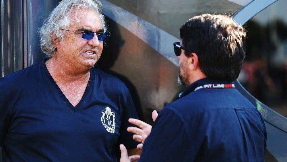 Flavio Briatore charla con Luis García Abad