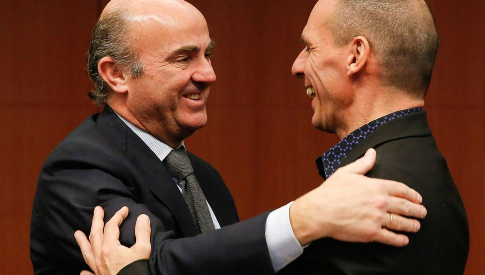 Luis de Guindos saluda a Yanis Varoufakis