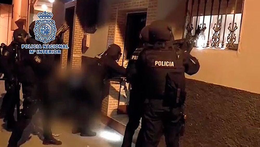 Agentes de la Policía Nacional realizan el registro a un domicilio