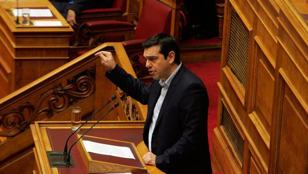 El primer ministro griego, Alexis Tsipras, habla en una sesión del Parlamento en Atenas