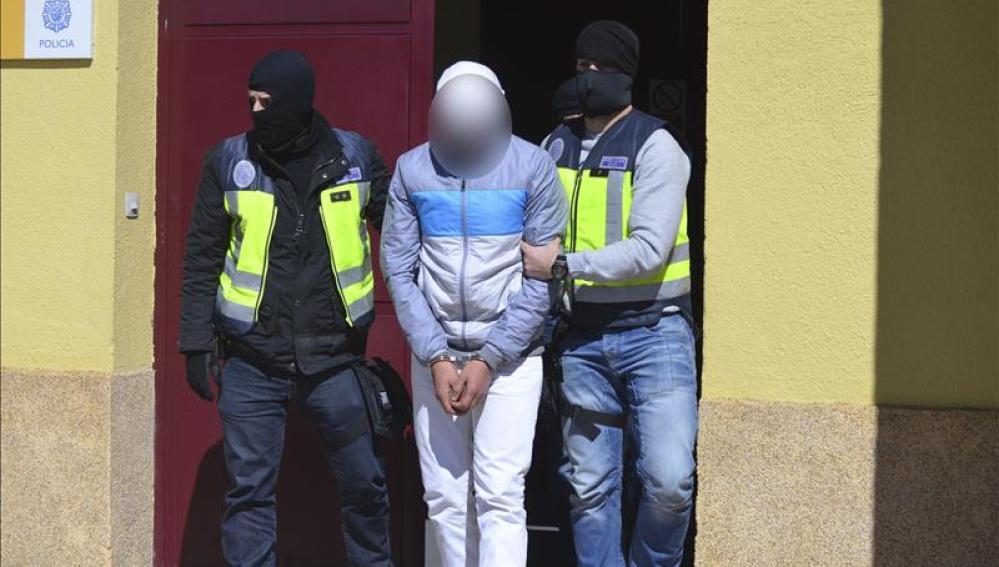 Traslado de uno de los dos jóvenes detenidos en Ceuta