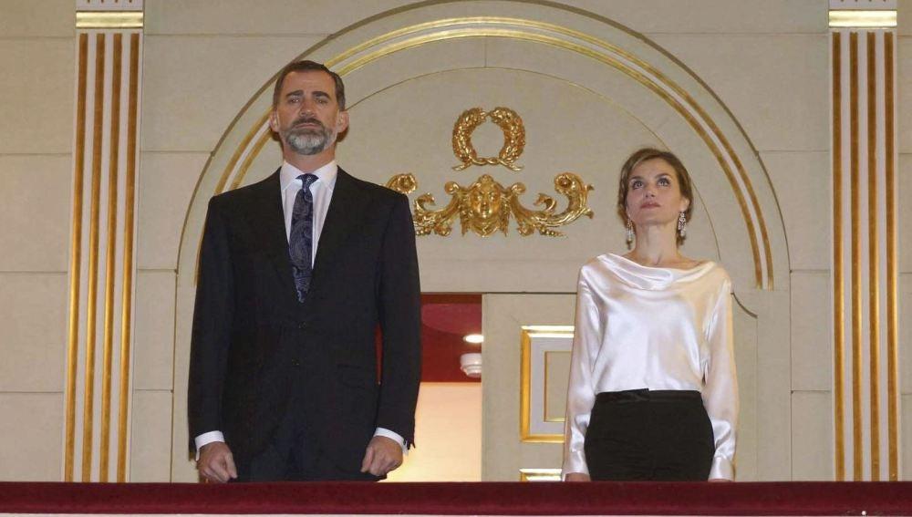 Felipe VI y la Reina Letizia, en el palco del Teatro Real