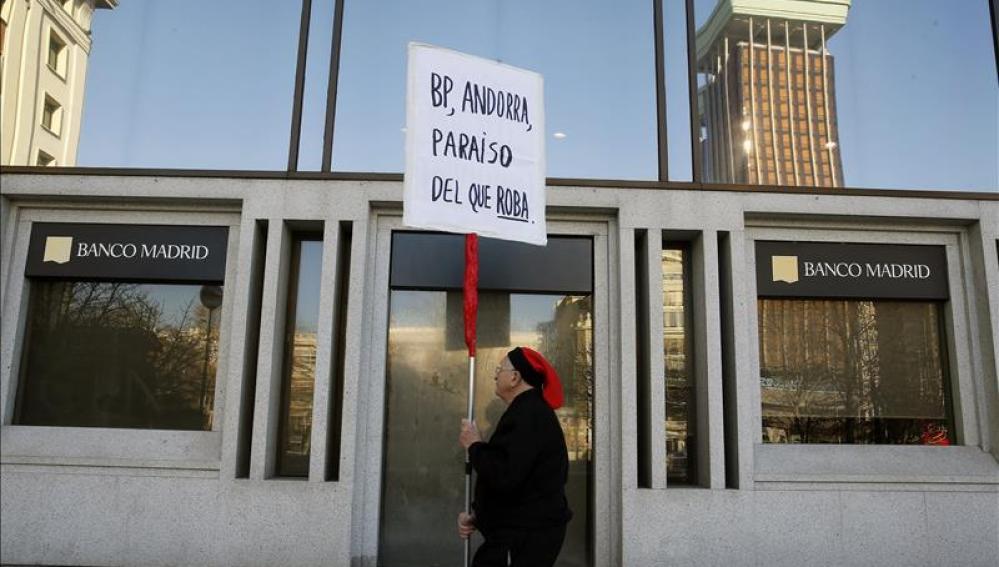 Un hombre protesta ante la sede del Banco de Madrid