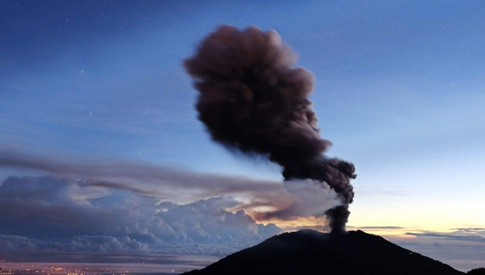 Volcán Turrialba en erupción