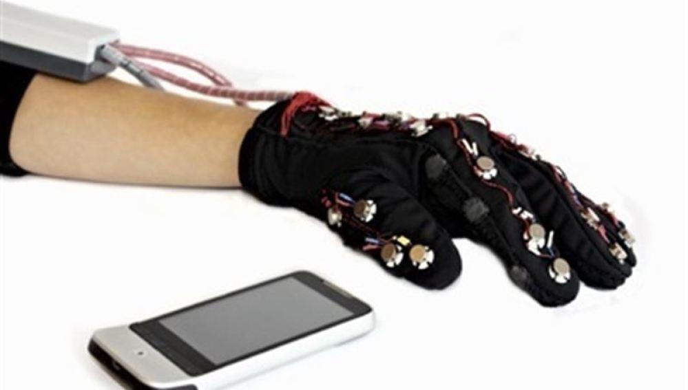 El guante que permite a los invidentes mandar WhatsApps