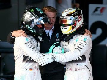 Rosberg saluda a Hamilton