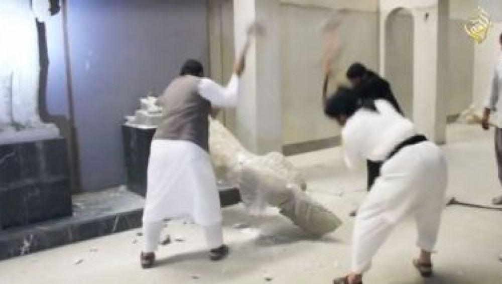 Milicianos de Estado Islámico en su saqueo al Museo de Mosul