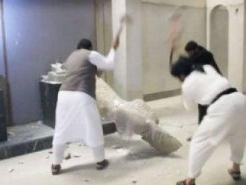 Milicianos de Daesh en su saqueo al Museo de Mosul