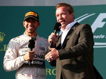 Lewis Hamilton y Schwarzenegger en el podio de Melbourne