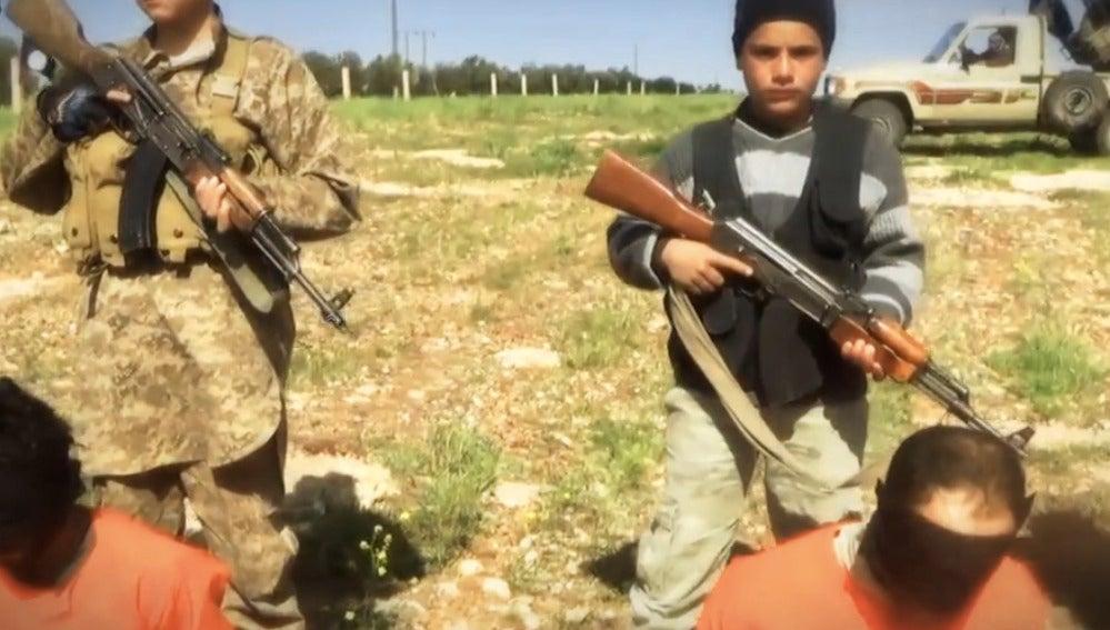 Niños del Estado Islámico con fusiles